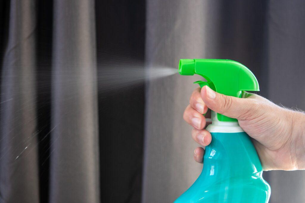 Desinfektion Hand mit Sprühflasche