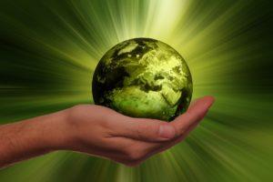 Nachhaltigkeit - Hand hält Erde in grün