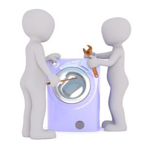zwei weisse Maennchen mit Werkzeug und einer Waschmachine