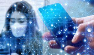 Desinfektion mit UV-Licht - Frau mit Maske Hand mit Smartphone