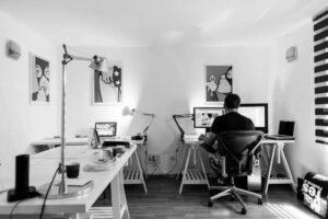 Home-Office - Mann am Schreibtisch zuhause von hinten